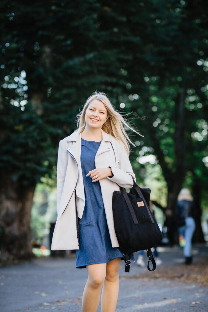 Janika kävelee ja taustalla näkyy kaupunkiluontoa
